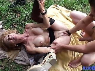 Bonne cougar comme ‡a et bien of age baisée dans un champ [full video]